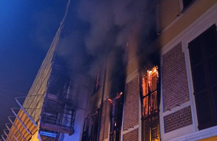 Incendio in un appartamento, carabinieri salvano un'anziana