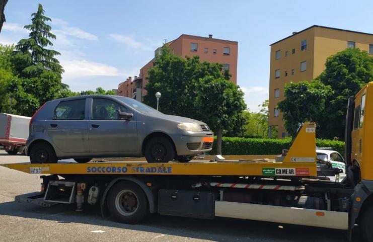 Rimosse e demolite le auto abbandonate
