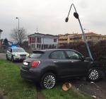 Novantenne esce di strada e abbatte un palo